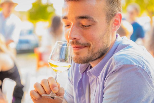 une homme avec un verre de vin