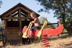 Enfants sur un canoë à ressort