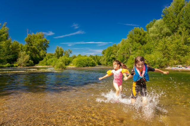 Des enfants en camping en bord de rivière dans les Cévennes