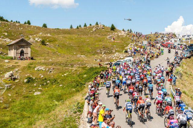 Montée des coureurs au sommet des Cévennes applaudit par la foule