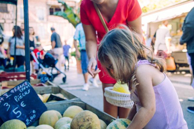 une fille et sa maman au marché