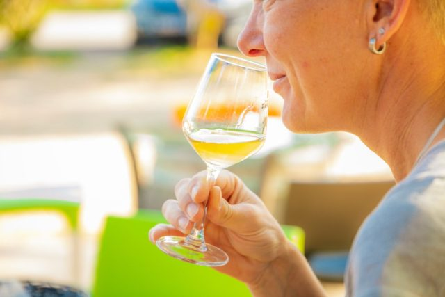 amatrice de vin en dégustation