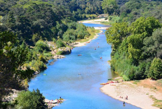 Détente à la rivière au Pont du Gard